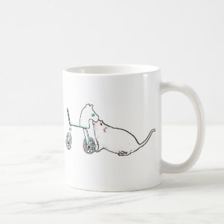 ratón que huele el animal lindo del caballo rodado taza
