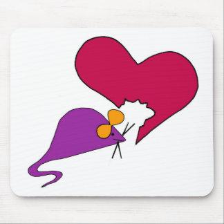 Ratón que mordisca lejos en su corazón tapete de ratones