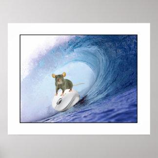 Ratón que practica surf en el tablero de resaca de posters