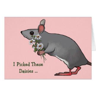 Ratón que sostiene las margaritas para su tarjeta de felicitación