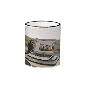 Ratón temático, una imagen que contiene un taza a dos colores