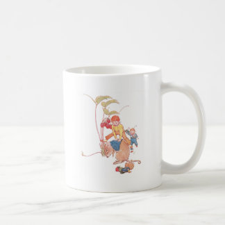 Ratón y hadas que juegan pídola taza de café