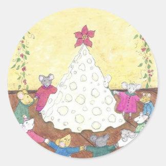 Ratones alrededor de un árbol de navidad del queso pegatina redonda