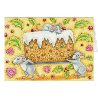Ratones lindos del navidad que llevan un postre de tarjeta de felicitación