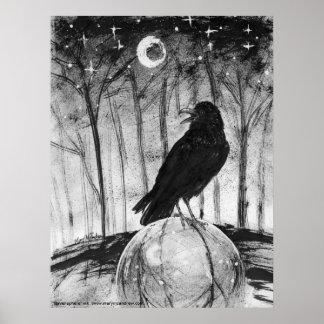 Raven (pájaro negro) en maderas con la luna y las  póster