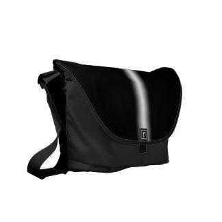 Raya blanca descolorada en negro bolsa de mensajería