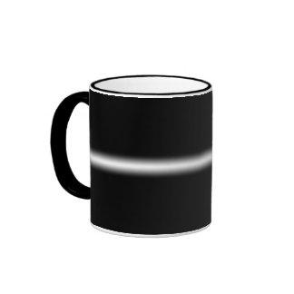 Raya blanca descolorada en negro taza
