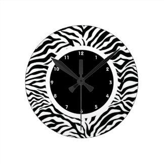 Raya blanco y negro de la cebra reloj redondo mediano