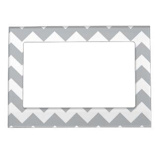 Raya gris y blanca de Chevron Marcos Magneticos De Fotos