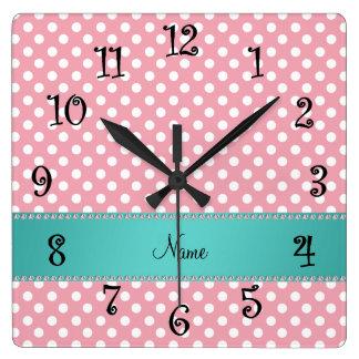 Raya rosada conocida personalizada de la turquesa reloj cuadrado