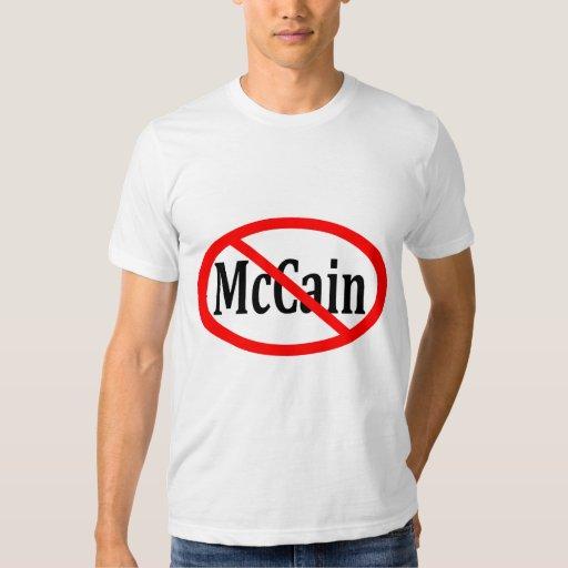 Raya vertical roja a través de la camisa de McCain