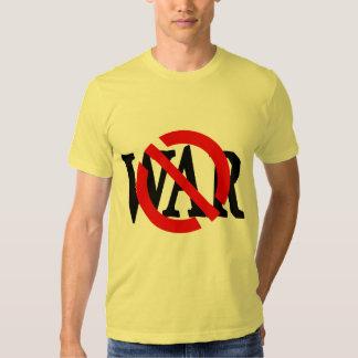 Raya vertical roja a través de la camiseta de la camisas