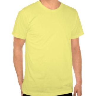 Raya vertical roja a través de la camiseta de la