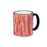 Rayas abstractas en taza caliente de los colores