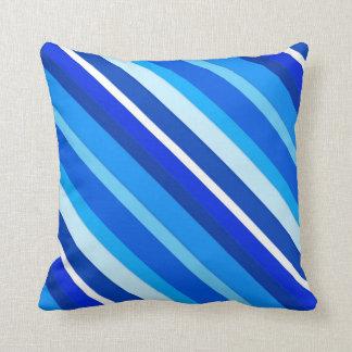 Rayas acodadas del caramelo - cobalto y azul claro cojín decorativo