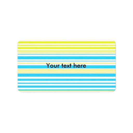 Rayas amarillas y blancas de los azules cielos con etiqueta de dirección