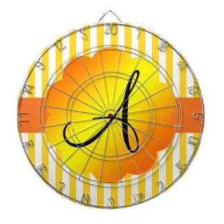 Rayas amarillas y blancas del monograma tablero de dardos