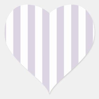 Rayas amplias - blancas y lavanda lánguida pegatina en forma de corazón