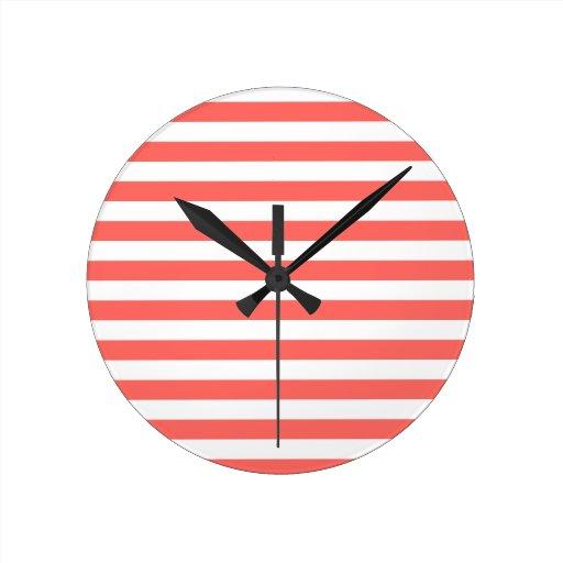 Rayas amplias - blancas y rojo en colores pastel reloj redondo mediano