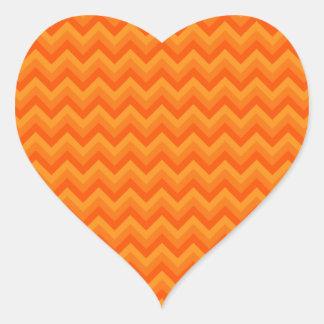 Rayas anaranjadas del zigzag pegatina en forma de corazón