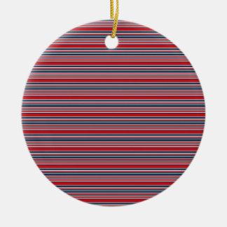 Rayas artsy en blanco rojo y azul patrióticos adorno navideño redondo de cerámica