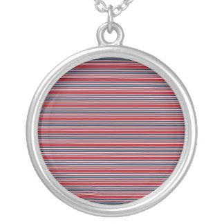 Rayas artsy en blanco rojo y azul patrióticos collar plateado