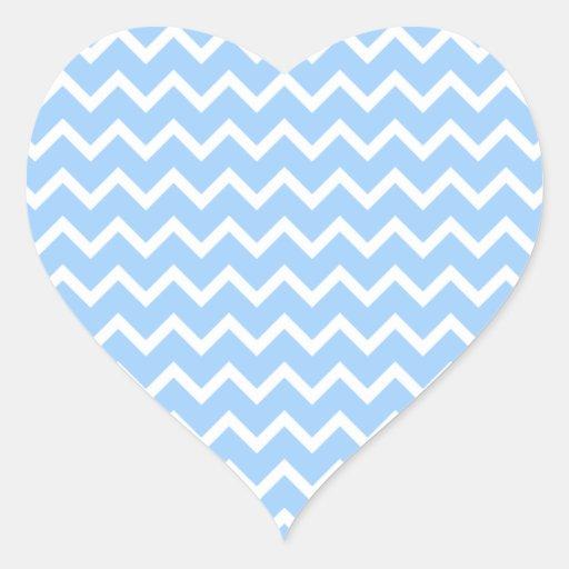 Rayas azul claro y blancas del zigzag pegatina en forma de corazón
