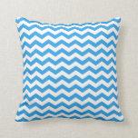 Rayas azules de moda, brillantes del zigzag del almohada