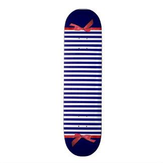 Rayas azules náuticas y gráfico rojo del arco de tablas de skate