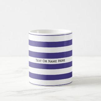Rayas azules y blancas del texto de la pizarra de taza básica blanca
