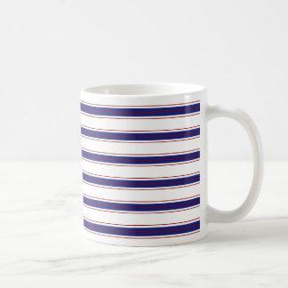 Rayas azules y rojas náuticas en blanco taza clásica