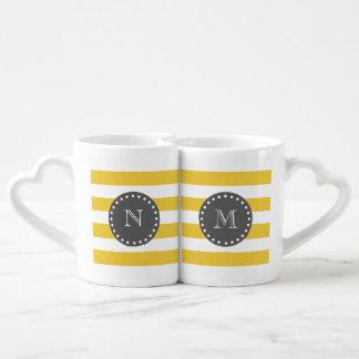 Rayas blancas amarillas modelo, monograma del set de tazas de café