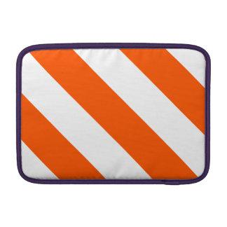 Rayas blancas y anaranjadas del peluquero funda  MacBook