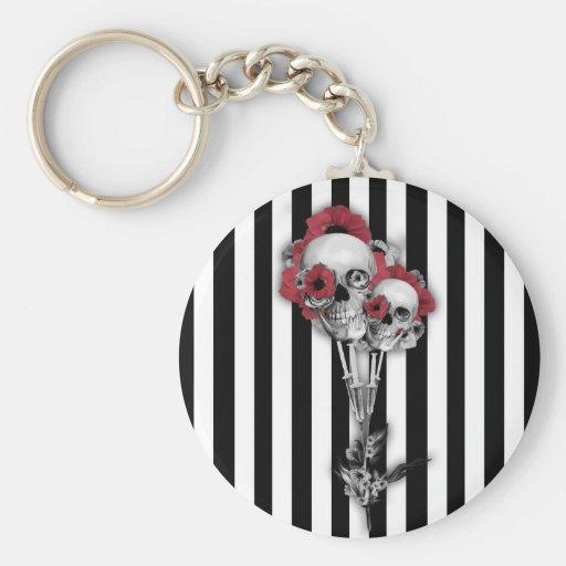 Rayas blancos y negros con las amapolas del cráneo llavero redondo tipo pin
