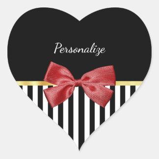 Rayas blancos y negros del arco rojo con clase con pegatina en forma de corazón