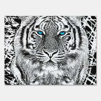 Rayas blancos y negros del tigre de los ojos señales