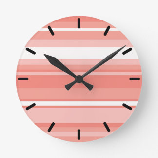 Rayas coralinas reloj redondo mediano