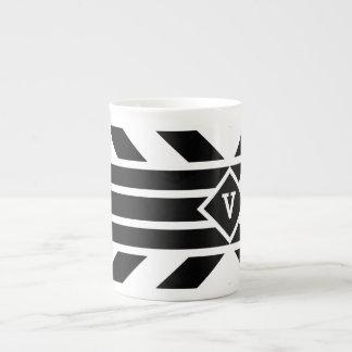 Rayas cuadriláteras negras en blanco con el taza de porcelana