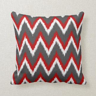Rayas de Ikat Chevron - rojo, blanco y gris/gris Cojín Decorativo