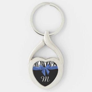 Rayas de la cebra y arco azul con el monograma llavero plateado en forma de corazón