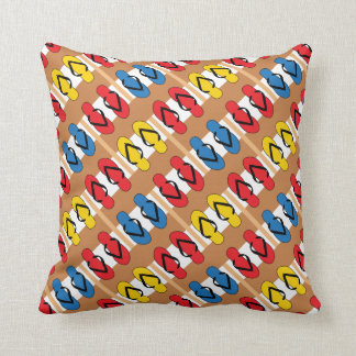 Rayas de los colores primarios de los flips-flopes almohadas