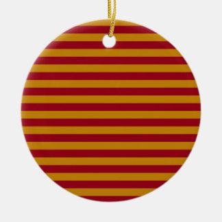 Rayas del granate y del oro adorno navideño redondo de cerámica