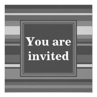 """Rayas del gris del monograma invitación 5.25"""" x 5.25"""""""