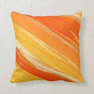 Rayas diagonales abstractas del naranja y del cojín decorativo