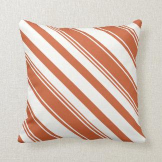 Rayas diagonales anaranjado oscuro y blancas cojín