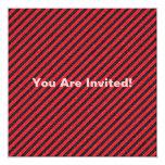 Rayas diagonales negras y rojas finas invitación 13,3 cm x 13,3cm