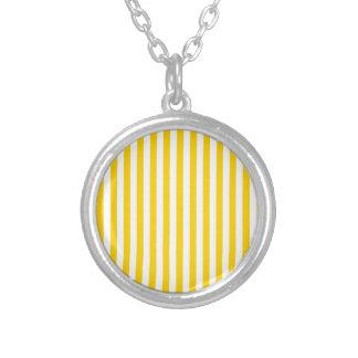 Rayas finas - amarillas claras y amarillo oscuro collar plateado