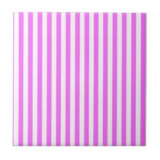 Rayas finas - blanco y ultra rosa azulejo cuadrado pequeño