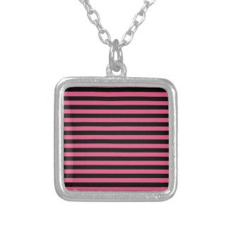 Rayas finas - negras y rosa oscuro collar plateado