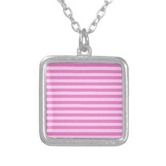 Rayas finas - rosadas y rosa oscuro collar plateado